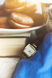 Galletas en una placa blanca en un libro viejo Imagen de archivo libre de regalías