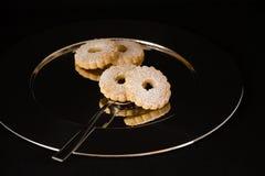 Galletas en una placa de plata Fotos de archivo