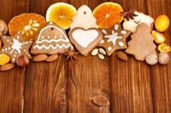 Galletas, especia y decoración hechas en casa del pan de jengibre de la Navidad Fotografía de archivo libre de regalías