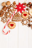 Galletas, especia y decoración hechas en casa del pan de jengibre de la Navidad Imágenes de archivo libres de regalías