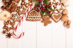 Galletas, especia y decoración hechas en casa del pan de jengibre de la Navidad Foto de archivo libre de regalías