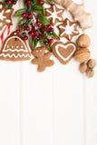Galletas, especia y decoración hechas en casa del pan de jengibre de la Navidad Fotos de archivo libres de regalías