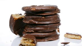 Galletas externas del chocolate algunas secciones quebradas almacen de video