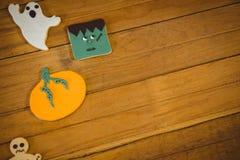 Galletas fantasmagóricas en la tabla durante Halloween Imágenes de archivo libres de regalías