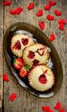 Galletas festivas de la comida del día de tarjetas del día de San Valentín con las fresas frescas Imágenes de archivo libres de regalías