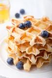 Galletas frescas con los arándanos, mesa de desayuno del jarabe de arce Fotos de archivo