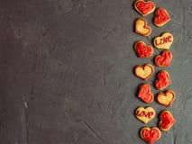 Galletas frescas y fragantes con el esmalte para los que aman foto de archivo libre de regalías