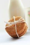 Galletas hechas caseras sanas de la harina de avena y una botella de leche fresca Fotografía de archivo