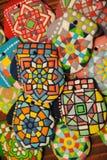 Galletas hechas en casa únicas de la Navidad, gingerbreadin colorido la forma de guantes Fotos de archivo libres de regalías