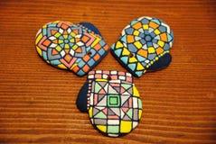 Galletas hechas en casa únicas de la Navidad, pan de jengibre colorido en la forma de guantes Imagen de archivo libre de regalías