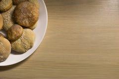 Galletas hechas en casa con el azúcar, el canela y el sésamo Fotografía de archivo
