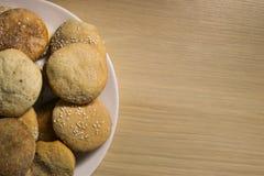 Galletas hechas en casa con el azúcar, el canela y el sésamo Foto de archivo