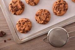 Galletas hechas en casa con el top recientemente cocido del chocolate imagen de archivo libre de regalías