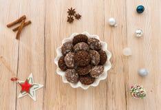 Galletas hechas en casa con la decoración de la Navidad Imágenes de archivo libres de regalías