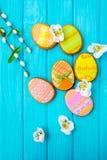 Galletas hechas en casa con la formación de hielo en la forma de un huevo para Pascua Galletas deliciosas de Pascua en un fondo a Imagen de archivo
