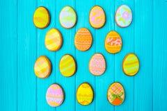 Galletas hechas en casa con la formación de hielo en la forma de un huevo para Pascua Galletas deliciosas de Pascua en un fondo a Foto de archivo