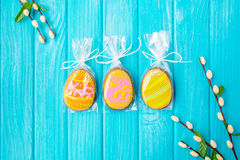Galletas hechas en casa con la formación de hielo en la forma de un huevo para Pascua Galletas deliciosas de Pascua en un fondo a Fotos de archivo