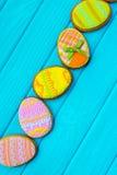 Galletas hechas en casa con la formación de hielo en la forma de un huevo para Pascua Galletas deliciosas de Pascua en un fondo a Fotografía de archivo libre de regalías