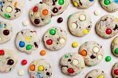 Galletas hechas en casa con los caramelos de chocolate coloridos fotografía de archivo libre de regalías