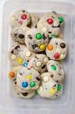 Galletas hechas en casa con los caramelos de chocolate coloridos Imágenes de archivo libres de regalías