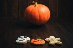 Galletas hechas en casa de Halloween en la tabla de madera imagen de archivo