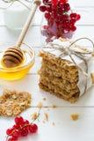 Galletas hechas en casa de la avena con la miel, las pasas rojas, el yogur y la leche Foco selectivo Imágenes de archivo libres de regalías