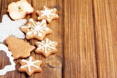 Galletas hechas en casa de la Navidad con la decoración Fotos de archivo