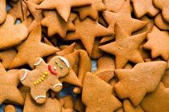 Galletas hechas en casa de la Navidad del pan de jengibre Imagen de archivo libre de regalías