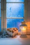 Galletas hechas en casa de la Navidad en la tabla blanca con la ventana azul Imágenes de archivo libres de regalías