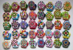 Galletas hechas en casa de la Navidad y galletas esmaltadas coloridas de la Navidad del pan de jengibre Fotografía de archivo