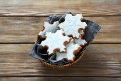 Galletas hechas en casa de Navidad en cesta Fotografía de archivo libre de regalías
