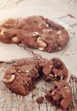 Galletas hechas en casa del chocolate con las avellanas y los pedazos de chocolat Imagen de archivo libre de regalías