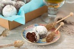 Galletas hechas en casa del chocolate en azúcar en polvo con el azúcar del té y del caramelo imagenes de archivo