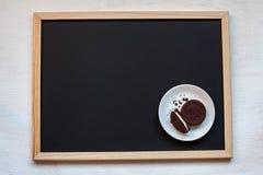 galletas hechas en casa del chocolate en un fondo negro con café Fotografía de archivo libre de regalías