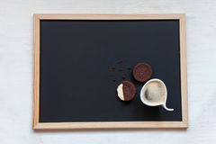 galletas hechas en casa del chocolate en un fondo negro con café Foto de archivo