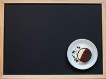 galletas hechas en casa del chocolate en un fondo negro con café Fotos de archivo libres de regalías