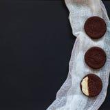 galletas hechas en casa del chocolate en un fondo negro con café Imágenes de archivo libres de regalías