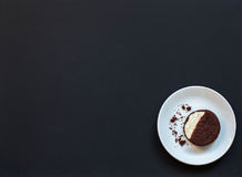 galletas hechas en casa del chocolate en un fondo negro con café Imagen de archivo