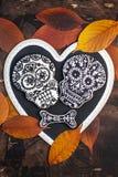 Galletas hechas en casa del cráneo y del hueso para Halloween Fotos de archivo