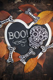 Galletas hechas en casa del cráneo y del hueso para Halloween Fotografía de archivo libre de regalías