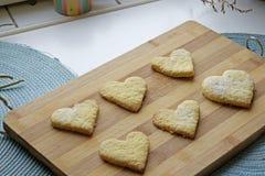Galletas hechas en casa del día de tarjeta del día de San Valentín fotografía de archivo