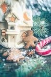 Galletas hechas en casa del hombre de pan de jengibre de la Navidad en la tabla de madera Fotos de archivo libres de regalías