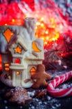 Galletas hechas en casa del hombre de pan de jengibre de la Navidad en la tabla de madera Foto de archivo libre de regalías
