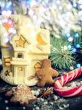 Galletas hechas en casa del hombre de pan de jengibre de la Navidad en la tabla de madera Fotografía de archivo