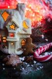 Galletas hechas en casa del hombre de pan de jengibre de la Navidad en la tabla de madera Foto de archivo