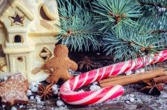 Galletas hechas en casa del hombre de pan de jengibre de la Navidad en la tabla de madera Imagen de archivo