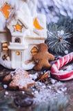 Galletas hechas en casa del hombre de pan de jengibre de la Navidad en la tabla de madera Imagen de archivo libre de regalías