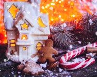 Galletas hechas en casa del hombre de pan de jengibre de la Navidad en la tabla de madera Imágenes de archivo libres de regalías