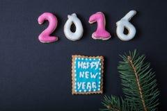 Galletas hechas en casa del pan de jengibre con el branc de la formación de hielo y del árbol de navidad Fotos de archivo libres de regalías