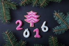 Galletas hechas en casa del pan de jengibre con el branc de la formación de hielo y del árbol de navidad Fotografía de archivo